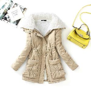 Χοντρό  γυναικείο μπουφάν για το  χειμώνα με  χνούδι