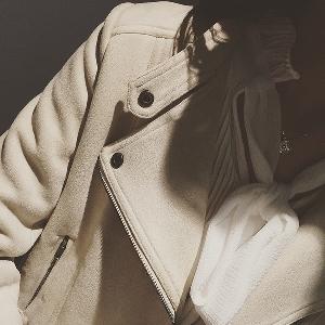 Бежово дамско велурено яке