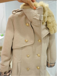 Дамско палто, подходящо за есен-зима-пролет, късо и в два цвята - тъмносин и бежов, с пухеста яка