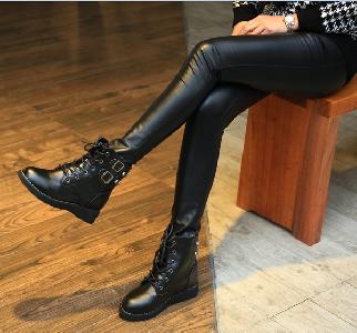 Γυναικείες αδιάβροχες μπότες από τεχνητό δέρμα - μαύρες σε διάφορα μεγέθη
