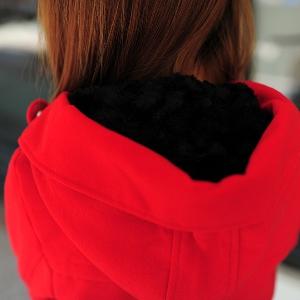 Дамско палто с качулка в три различни цвята - червено, черно, бежово