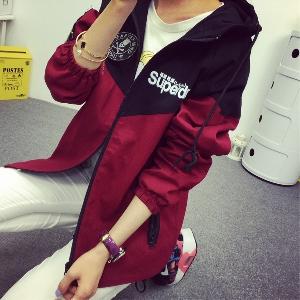 Γυναικείο  σύγχρονο χειμωνιάτικο βαμβακερό μπουφάν με κουκούλα σε αρκετά νέα μοντέλα