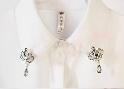 Дамска бяла риза с различни брошки