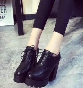 Γυναικείες δερμάτινες μπότες με ψηλό τακούνι