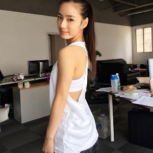 Дамски спортен потник с изрязан гръб