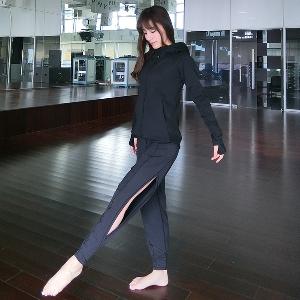 Дамски спортен панталон с цепка