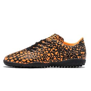 Мъжки футболни обувки в черно-оранжев цвят от изкуствена кожа и с противоглъзгаща функция