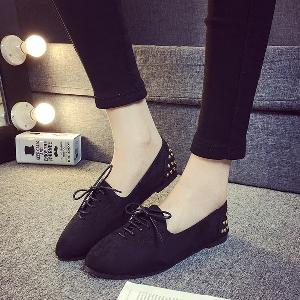 Пролетни велурени обувки с връзки в три цвята.