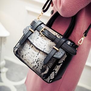 8aaa9a60072 Дамска елегантна чанта с животински мотиви - имитиращи змийска кожа ...