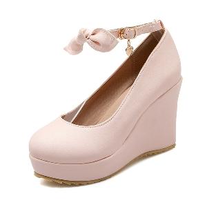 Четири цвята пролетни обувки на платформа.