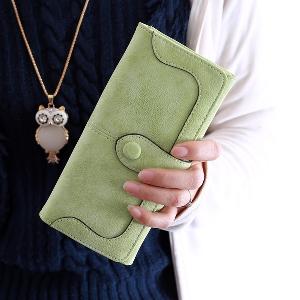 Οι γυναίκες πορτοφόλια σε μαύρο, μπεζ, πράσινο, φούξια, καφέ και μπλε