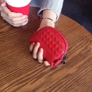 Γυναικεία πορτοφόλια σε μαύρο, μπεζ, γκρι, κόκκινο και μοβ - 8 μοντέλα