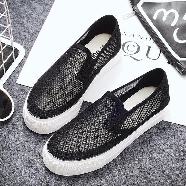 4a2a3ee3823 Γυναικεία καλοκαιρινά αναπνεύσιμα παπούτσια - μαύρα και άσπρα - κατάλληλα  για τη καθημερινή ζωή και beach-top model - Badu.gr Ο κόσμος στα χέρια σου