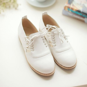 Бели ежедневни дамски обувки с връзки.