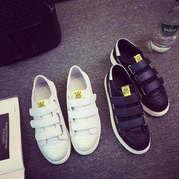 6b49b539bb8 Γυναικεία αθλητικά παπούτσια λευκά και μαύρα με αυτοκόλλητα Velcro -  Badu.gr Ο κόσμος στα χέρια σου