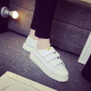 7085a720044 Γυναικεία αθλητικά παπούτσια λευκά και μαύρα με αυτοκόλλητα Velcro ...