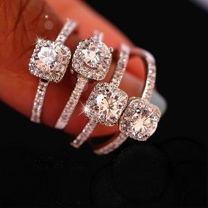 Дамски луксозен пръстен с един голям и по-малки камъчета