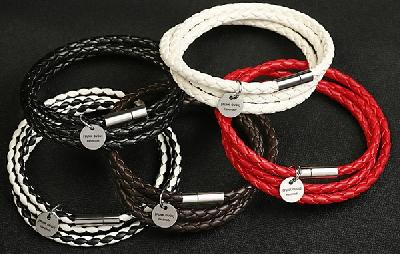 Ръчно изработена дамска гривна в черен,бял,червен и кафяв цвят-5 модела