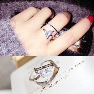 Дамски пръстен с камък под формата на триъгълник