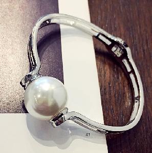 Дамска гривна с перла в сребристо и златисто