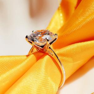 Дамски пръстен с голям блестящ камък