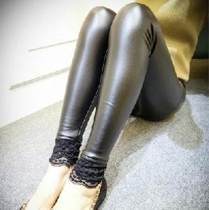 Дамски кожен клин с дантела по глезените в черен цвят