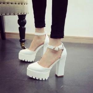 d1082777218 Дамски елегантни обувки в черно и бяло на платформа и висок ток ...
