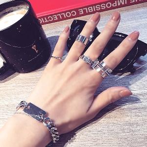 Дамски комплект от четири различни пръстена.