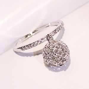 Дамски пръстени-сребристи и златисти.