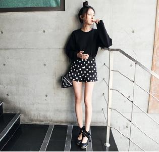 Дамски къси панталони в черен цвят на точки
