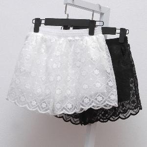 Дамски къси дантелени панталони в черен и бял цвят.