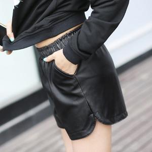 Къси дамски панталони от изкуствена кожа в черен цвят