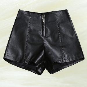 Дамски къси черни панталони от изкуствена кожа - един модел