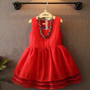 Красива червена рокля за малки принцеси.