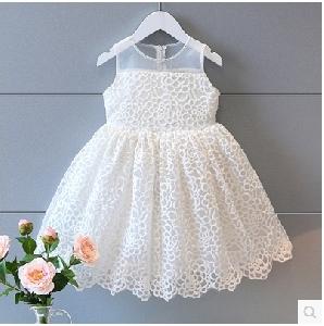 Бяла бродирана детска  дантелена рокля за  малки госпожици.