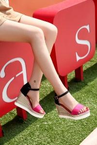 Дамски велурени сандали на платформа