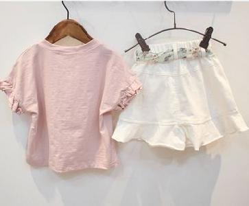 Детски комплект за момичета розова тениска и бели къси панталони.