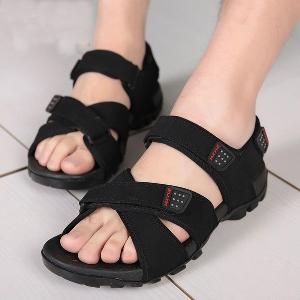 Мъжки ежедневни сандали в черен и кафяв цвят.