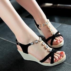 Дамски летни черни сандали с лека платформа и камъни
