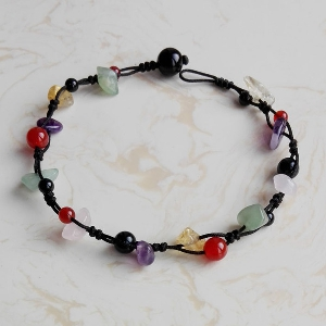 Дамска гривна за глезен с красиви и многоцветни декоративни камъчета