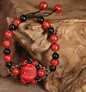 Дамски перленигривни с черни и червени ретро орнаменти