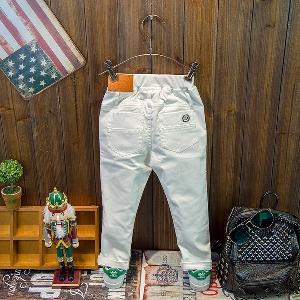 Бял детски пролетен панталон за момчета.
