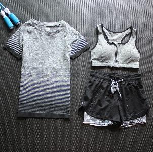 Дамски  дишащи спортни комплекти от три части -24 различни модела.