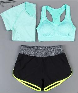 Дамски спортни екипи за тренировка от три части в различни цветови комбинации.
