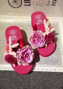Γυναικείες καλοκαιρινές παντόφλες με μεγάλα ροζ λουλούδια σε μια ελαφριά πλατφόρμα