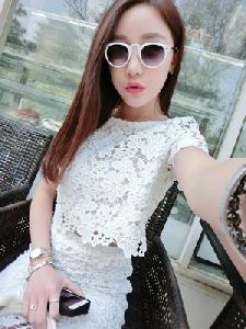 Дамски елегантен дантелен комплект от пола и блузка в бял и лилав цвят.