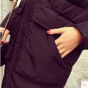 Γυναικείο   μπουφάν για το  χειμώνα  μαύρο μοντέλο με  γκρι αφράτη κουκούλα μέχρι  το γόνατο