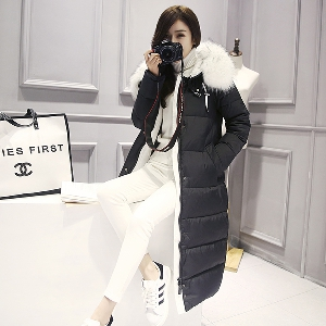 μακρύ σακάκι χειμώνα Μοναδικό των γυναικών με λευκά αφράτα κουκούλα σε μαύρο και γκρι μοτίβο