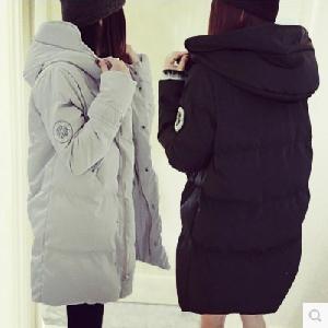Οι γυναίκες μπουφάν σε μαύρο και άσπρο κατάλληλο για τη ζωή - 2 μοντέλα