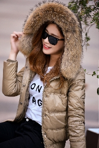 Дамско късо яке с естествен пух на качулката, с пълнеж от гъши пух: Бежово и Черно